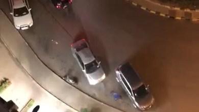 صورة المديرية العامة للأمن الوطني، تتفاعل مع مقطع فيديو يظهر فيه شخص وهو يطلق الرصاص من سلاح رشاش على سيارة