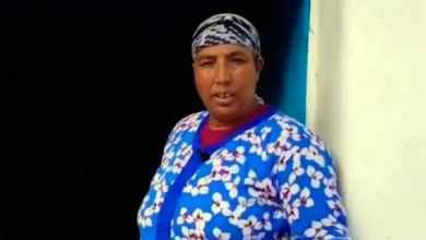 صورة أمي نعيمة في قبضة الشرطة بسبب تزيل فيديو على اليوتيوب أنكرت فيه وجود فيروس كورونا
