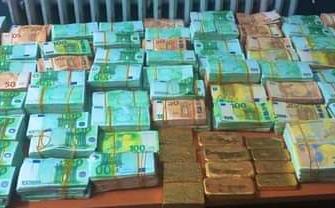 صورة المصالح الأمنية تحجز 20 كيلوغراما من صفائح الذهب وأزيد من مليوني أورو بوجدة.