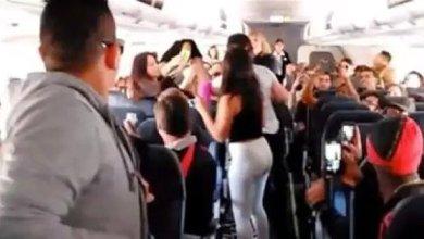 صورة شجار وتبادل الألفاظ النابية على طائرة بين فتيات مغربيات وأحد الشبان