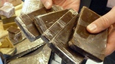 صورة توقيف شخصين بحوزتهما كيلو و700 غرام من مخدر الشيرا بمطار طنجة