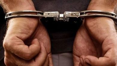 صورة القاء القبض على شخص متورط في قضية تتعلق بالنصب والاحتيال على الراغبين في الهجرة غير المشروعة بإمزورن