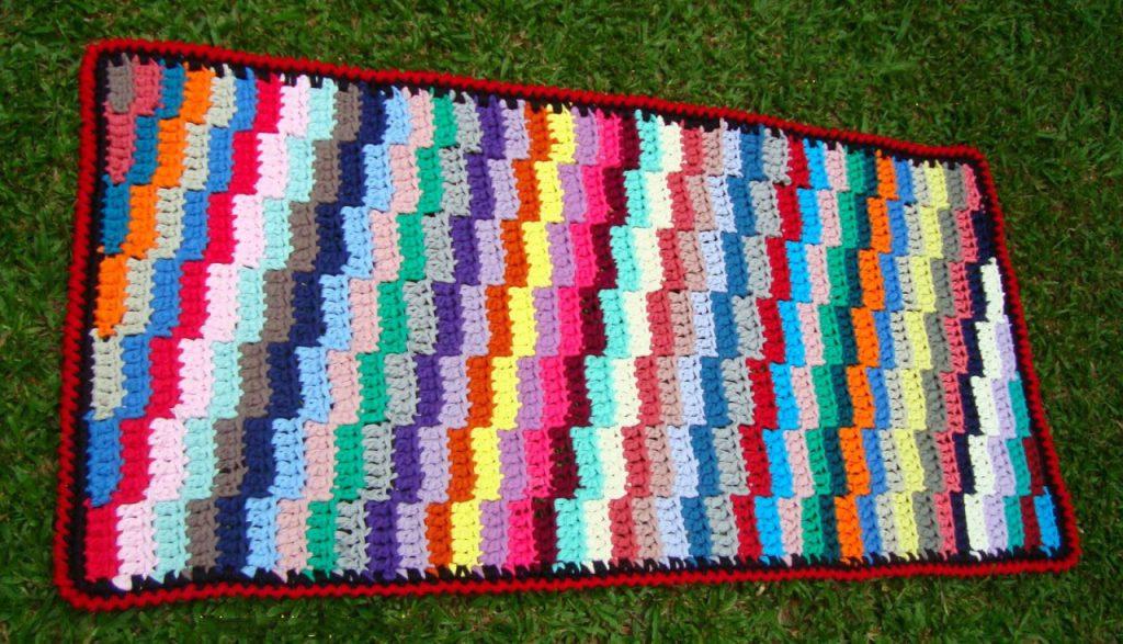 Фото коврик связанный крючком со сменой цветов зигзаг