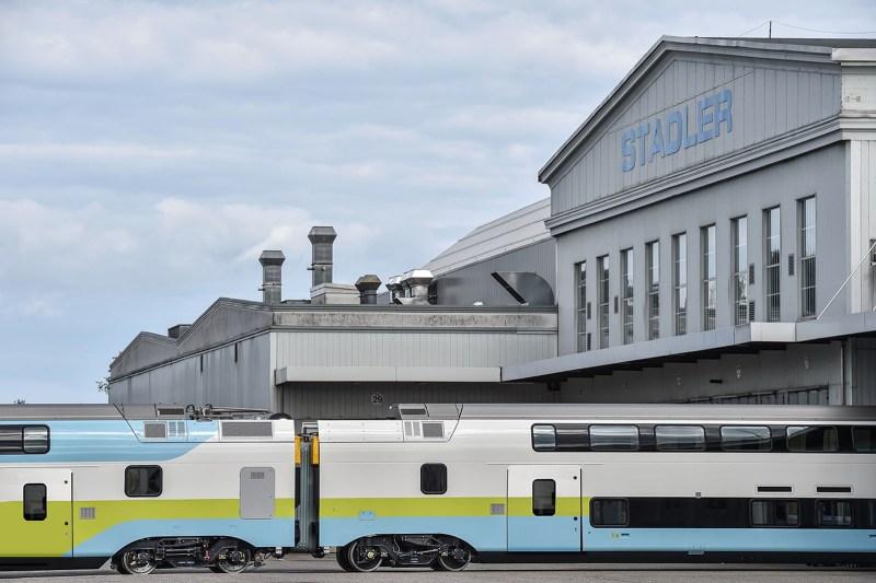 Der neue WESTbahn KISS 2 von Stadler vor dem Doppelstock-Kompetenzzentrum in Altenrhein/CH
