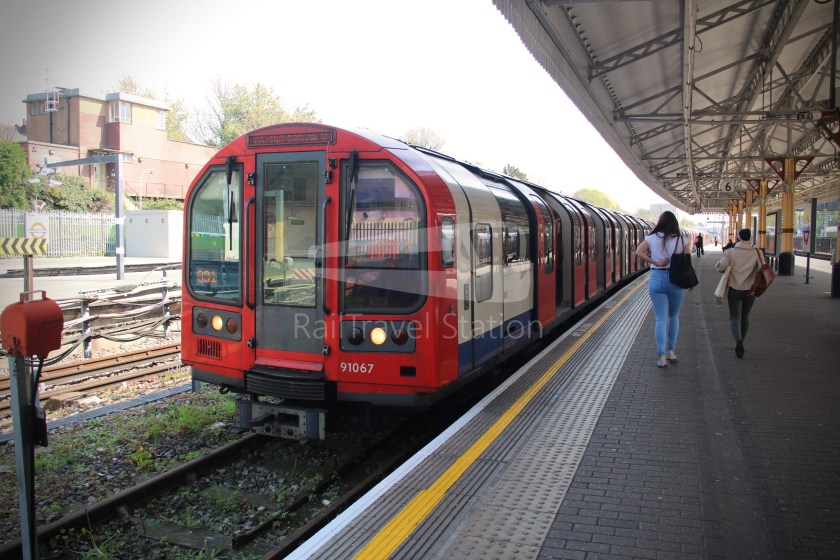Central Line Ealing Broadway Notting Hill Gate 007