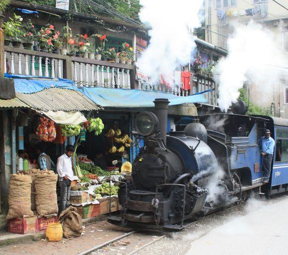 darjeeling himalayan railway train