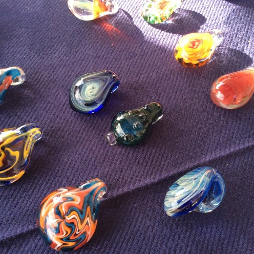 She manages to fit opal filaments into the glass! She can also shape flowers, mushrooms, little creatures, and leaves.