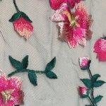 Blonde med blomster i rosa