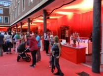 Der Rote Platz im Rathausinnenhof. Sehr gut.