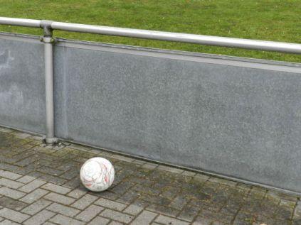 Der Ball als All - alter fußballkritischer Titel im Verlag Westfälisches Dampfboot