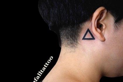 タトゥー トライバル 三角 耳裏