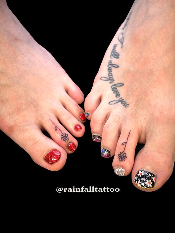タトゥー 女性 花 指