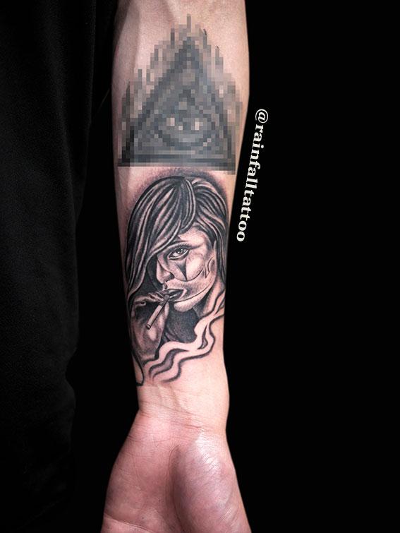 女性とタバコのタトゥー
