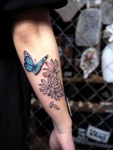 蝶と花のタトゥー
