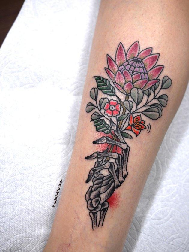 スカルハンドと花束のタトゥー