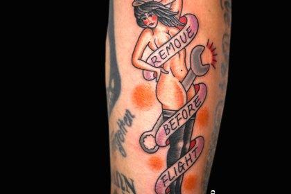 ピンナップガールと文字のタトゥー