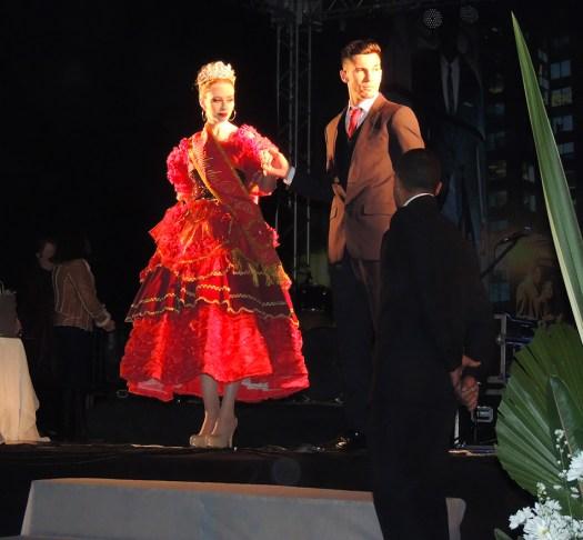 Rainha das Rosas desfilando para o povo de Ibertioga.