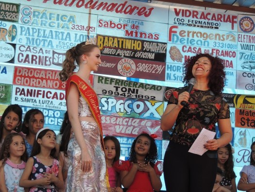 Emoção com Ana Gouvêa e meninas no palco.