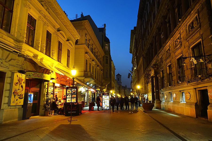 布達佩斯 | 瓦采街 Váci utca 小市集 – 最熱鬧的商業徒步區