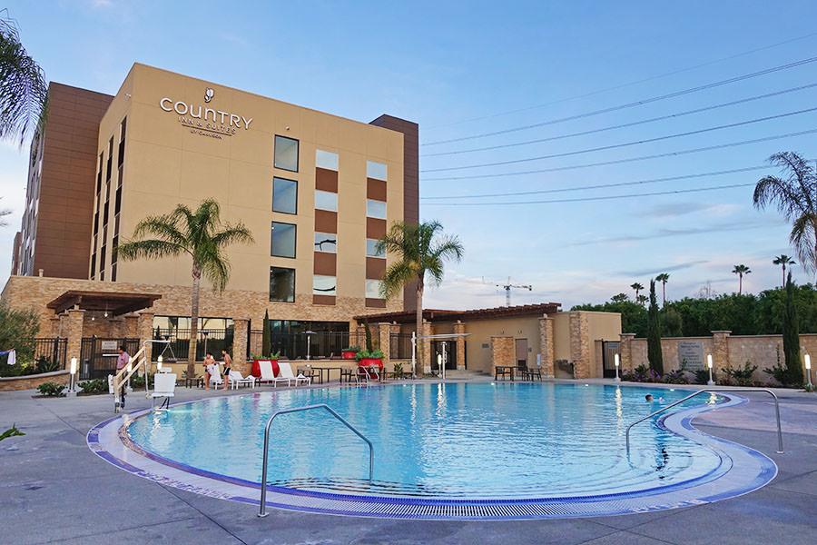 加州迪士尼住宿 | Country Inn & Suites by Radisson 免費停車 免錢早餐,步行樂園10分鐘!!