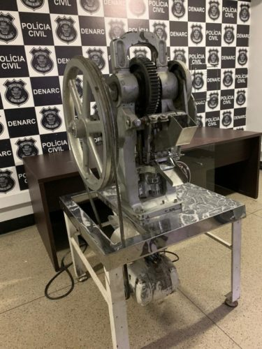 Denarc apreende máquina que produzia 3 mil compridos de ecstasy/hora