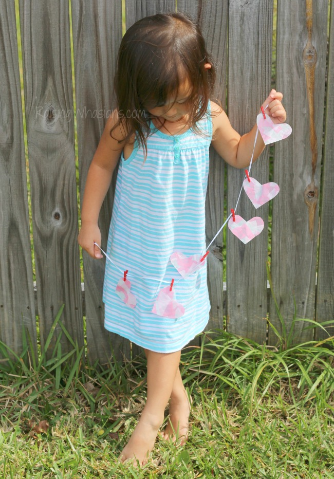 Easy heart banner Mosaic Heart Valentine's Day Banner Kids Craft   make this adorable and easy Valentine's day craft for kids. Perfect heart banner to hang in the window. #kidscraft #valentines #DIY #Crafts