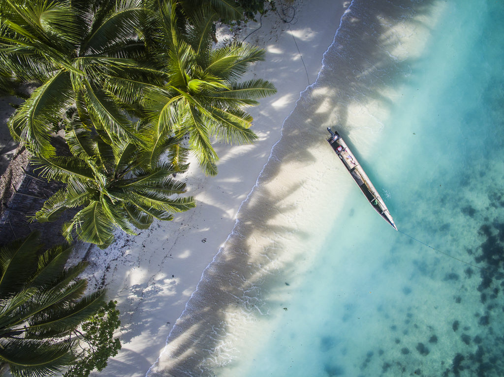 Resort o Liveaboard - beach raja ampat biodiversity eco resort