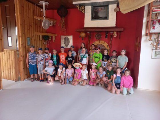 Zdjecie zbiorowe dzieci podczas wycieczki do Zjawiskolandu