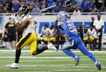 Oct 29, 2017; Detroit, MI, USA; Pittsburgh Steelers wide receiver JuJu Smith-Schuster (19) makes a catch against Detroit Lions cornerback Quandre Diggs (28) for a 97 yard touchdown reception from quarterback Ben Roethlisberger (not pictured) during the third quarter at Ford Field. Mandatory Credit: Raj Mehta-USA TODAY Sports