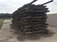 In der Größe eines ehemaligen Waggons: Schienenstränge bilden einen Rost, ähnlich wie der, auf dem die Leichen verbrannt wurden.