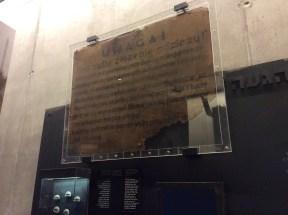 """Die erschütterndsten Fundstücke, die die SS übersah: Dieses Schild fordert zum Entkleiden auf, um im Anschluss """"desinfiziert und gebadet"""" zu werden."""