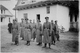 Einige der SS-Männer vor der Kommandantenvilla in Belzec 1942, Gartenseite. (Quelle: Wikipedia.de, gemeinfrei)