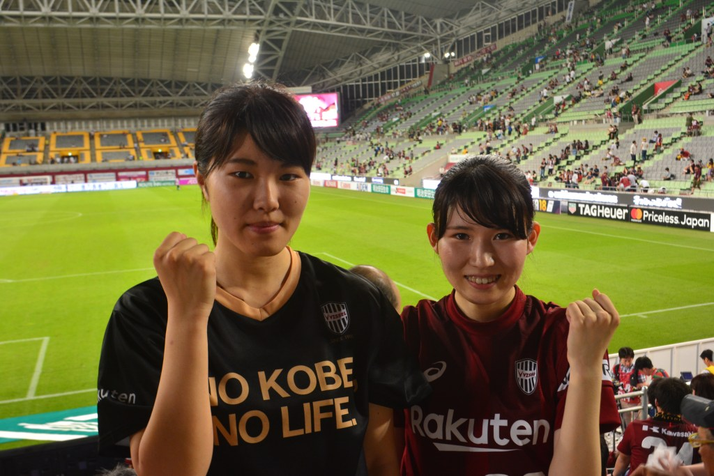 "Fans for lifeMuku Ida (l) and Kobe fan Rina Tokuyama (r): """"It was so exciting when Iniesta made his entrance."""