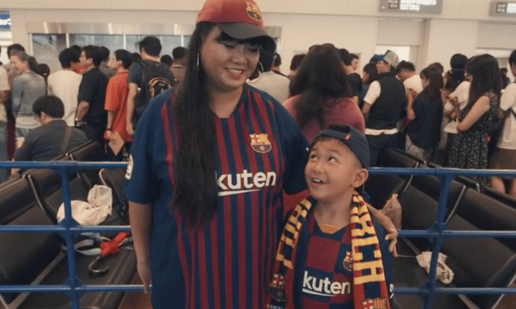 Karen and her son Shun are brought together by their shared love for FC Barcelona.