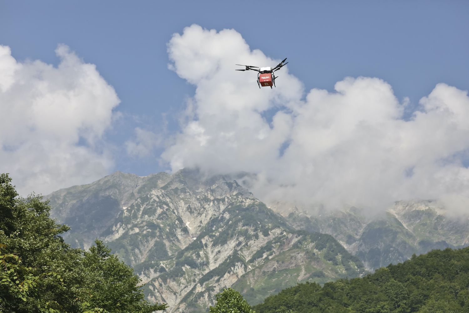 From August to September 2020, Rakuten Drone operated test deliveries between the peak of Mt. Shirouma and the valley below.