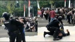 video polisi banting mahasiswa saat demo viral
