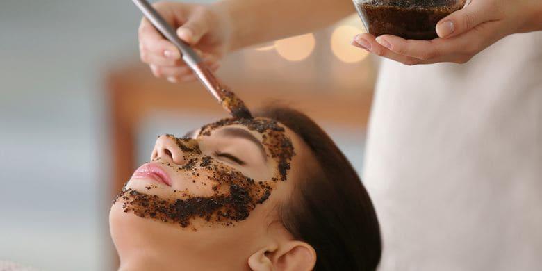 Ilustrasi memakai masker kopi