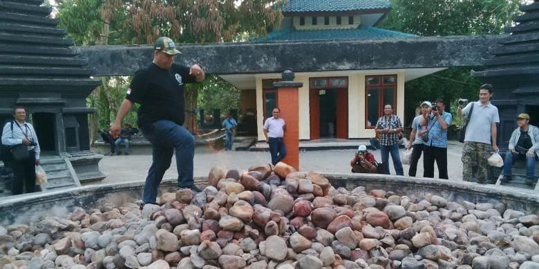 Pengunjung menguji nyali dengan berjalan di atas Batu Kayangan Api di Bojonegoro, Jawa Timur.