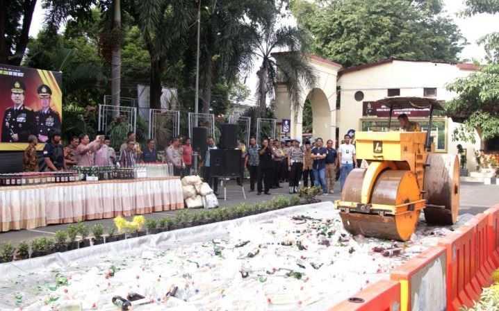 Dimusnahkan, Ribuan Botol Miras Hasil Operasi Peredaran Miras di Polres Gresik 1