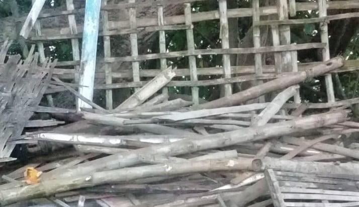 Rumah Seorang Ketua RT Miskin di Kedungbondo, Balen Ini, Nyaris Ambruk. Akibat Tak Dapat Bantuan, Rumahnya Dirobohkan Sendiri 1