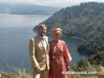 Raja Belanda Willem Alexander dan Ratu Maxima Zorreguieta Cerruti berfoto dengan latarbelakang panorama Danau Toba. Foto: Rakyatsumut.com/ Ucis
