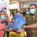 Di tengah pandemi virus corona yang terus mengancam, Kota Sibolga, Sumatera Utara tetap menggelar peringatan Hari Jadi Sibolga (HJS) ke 320 (2/4/2020). Meski tidak semeriah tahun sebelumnya, tetap saja peringatan kali ini penuh hikmah. Pemko berbagi sembako sebanyak 3 ribu paket kepada warga yang terdampak berbagai kebijakan terkait covid-19. Wali Kota Syarfi Hutauruk bersama unsur Forkopimda dan Posko Gugus Tugas Percepatan Penanganan Covid-19 menyalurkan ribuan sembako itu. Foto: Dokumentasi Diskominfo Sibolga