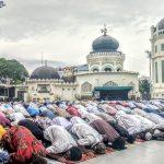 Warga melaksanakan salat Ied Idul Fitri di Masjid Raya Al Mashun Medan ditengah pandemi Covid-19, Minggu (24/5/2020). Foto: Rakyatsumut.com/Muklis