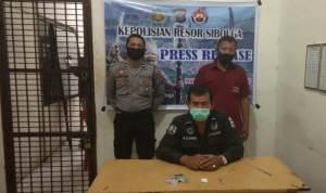 Tersangka judi togel (mengenakan baju tahanan warna merah maron) usai ditangkap Polres Sibolga. Foto: Istimewa