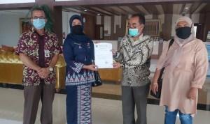 Kadis Pariwisata Kabupaten Paluta saat menyerahkan Sertifikat Layak Operasi kepada salah satu pengusaha. Foto: Istimewa.