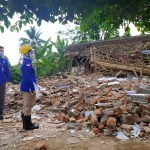 Kepala BMKG Dwikora Karnawati saat mengunjungi satu rumah terdampak gempa malang. Foto: Istimewa