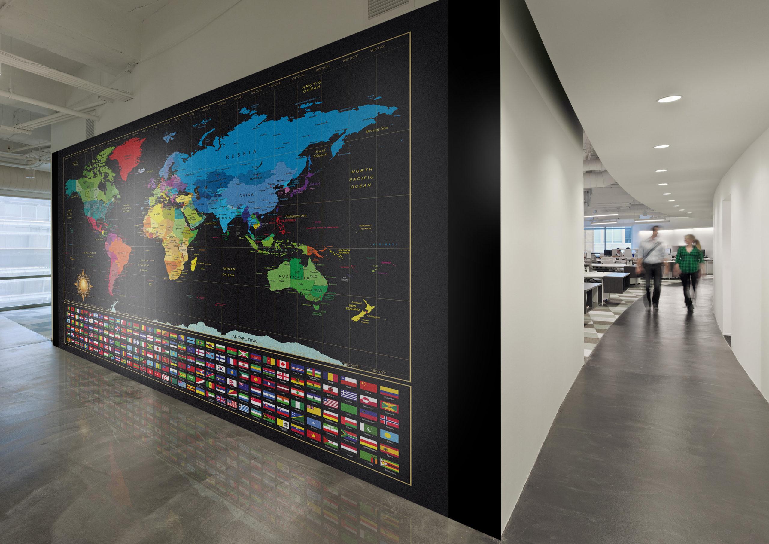 Harta lumii afisata pe peretele unui birou al unei corporatii
