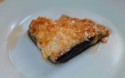 Albergínies farcides de carn ecològica, amb pernil cuit, tomàquet fresc i mozzarela