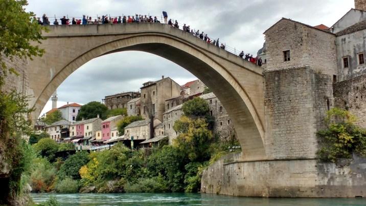 La multitud esperando el salto - Mostar
