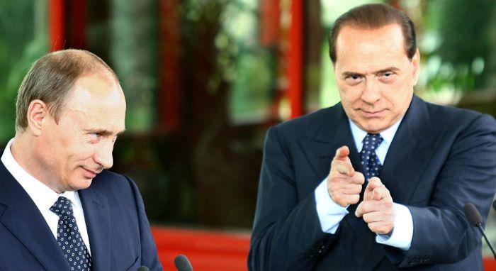 Silvio Berlusconi mima un mitra sotto gli occhi di Putin